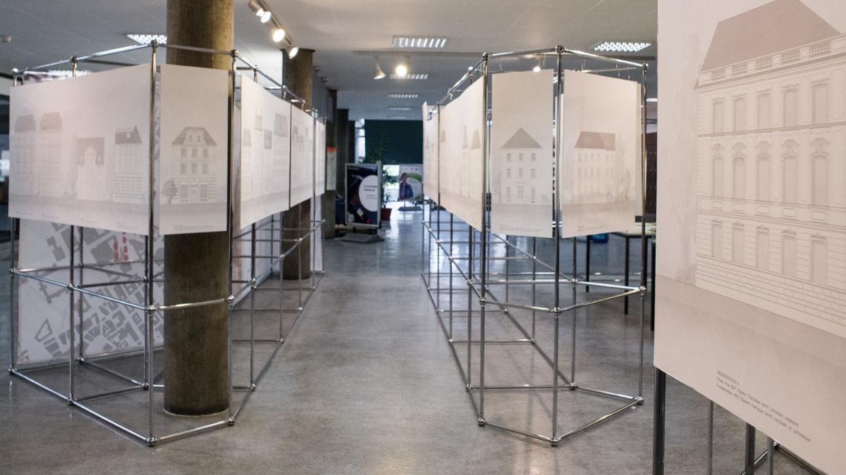 Ausstellungsbereich im Foyer der UB Stadtmitte mit Aufstellern