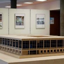 Holzmodell der Universitätsbibliothek Stadtmitte vor Ausstellungswänden