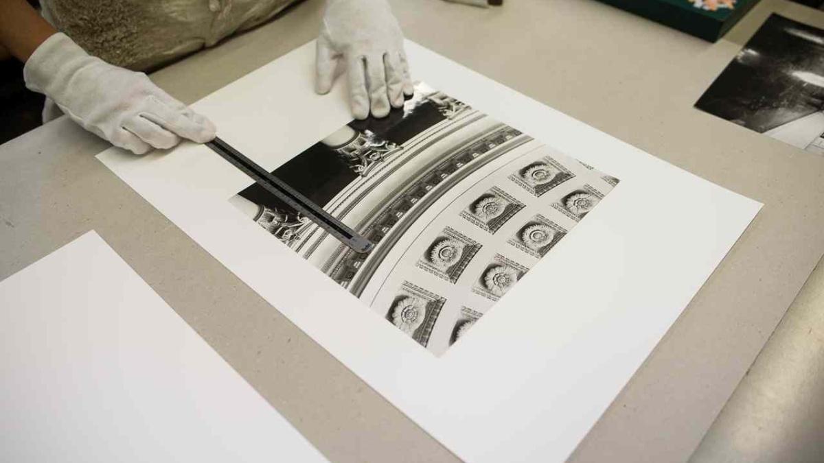 Fotografien werden für eine Ausstellung in der Buchbinderei in Passepartouts montiert