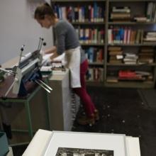 Auszubildende bei der Arbeit in der Buchbinderei