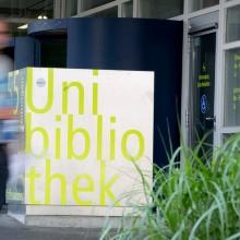 Bucheinwurfbox vor dem Eingang der UB Vaihingen