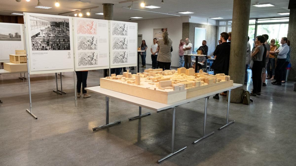Ausstellungseröffnung mit Modell des Stadtgartens im Vordergrund