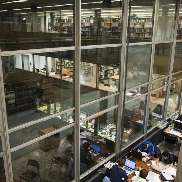 Blick aus dem Lesesaal Stadtmitte mit Fensterspiegelungen bei Nacht