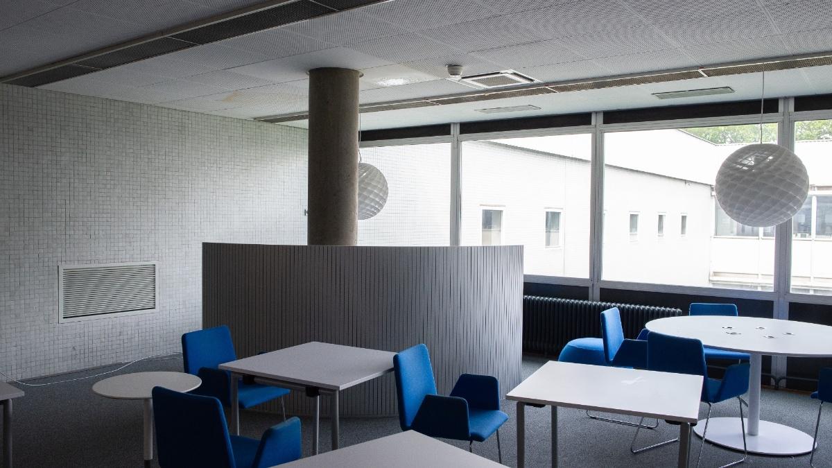 Wasser tropft von der Decke des Learning Centers