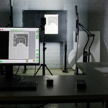 Digitalisierungsstudio mit Reprokamera, Saugwand und Beleuchtungseinheit