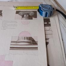 Architekturzeichnungen und Maßband