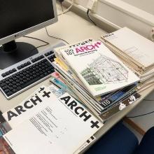 Zeitschriftestapel auf einem Schreibtisch