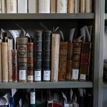 Historische Bücher im Regal